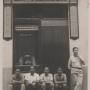Façana de la primera botiga al carrer Capmany, amb l'Arcadi Viñas i alguns dels seus treballadors.